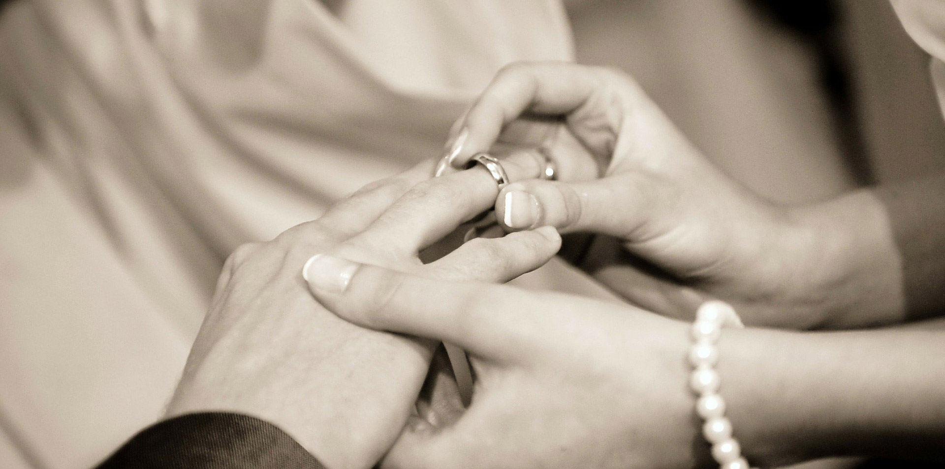 An welche Hand gehört der Ehering? - LIEBLINGSRING